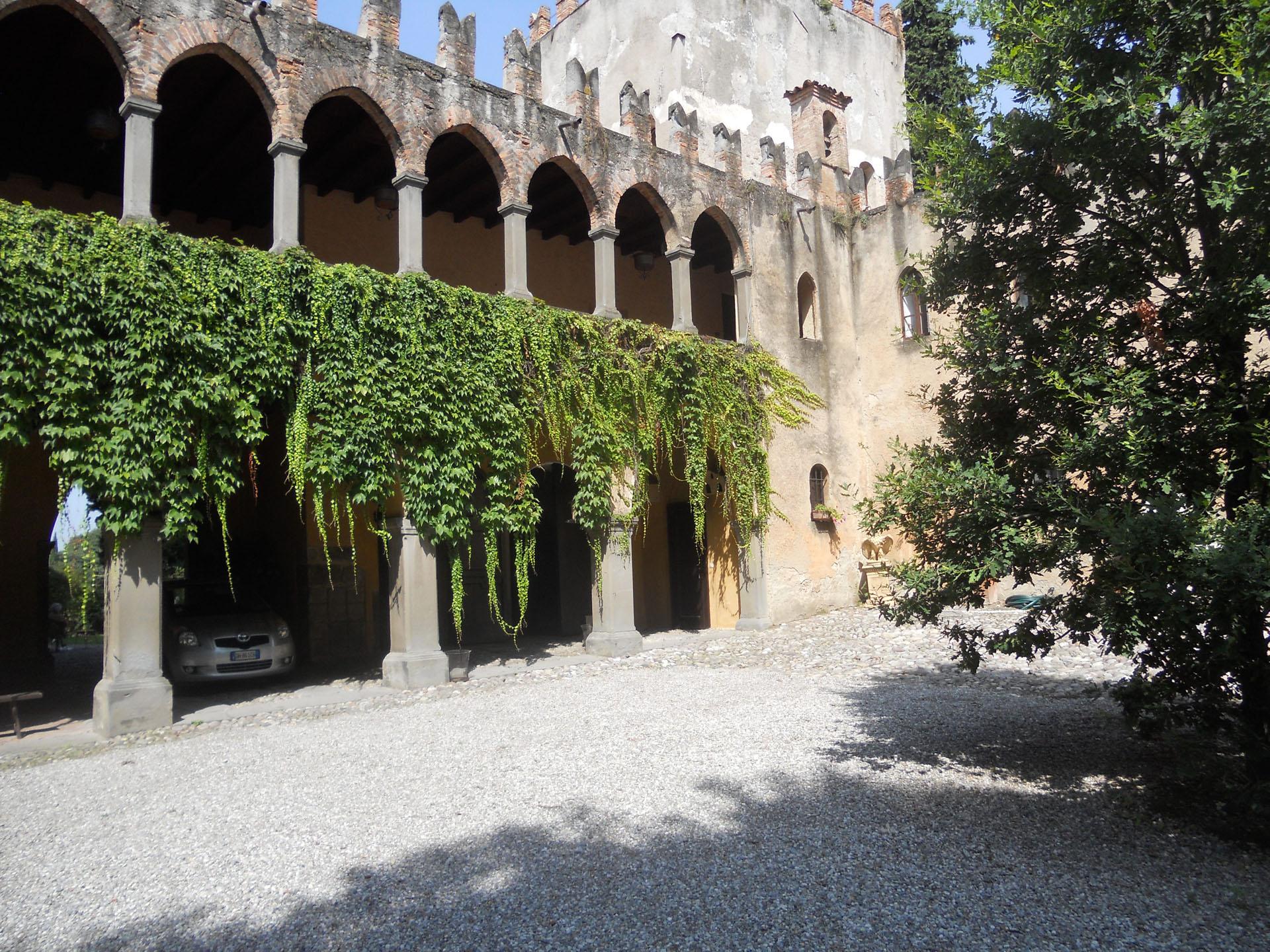 <p>interno del palazzo con cortile</p>