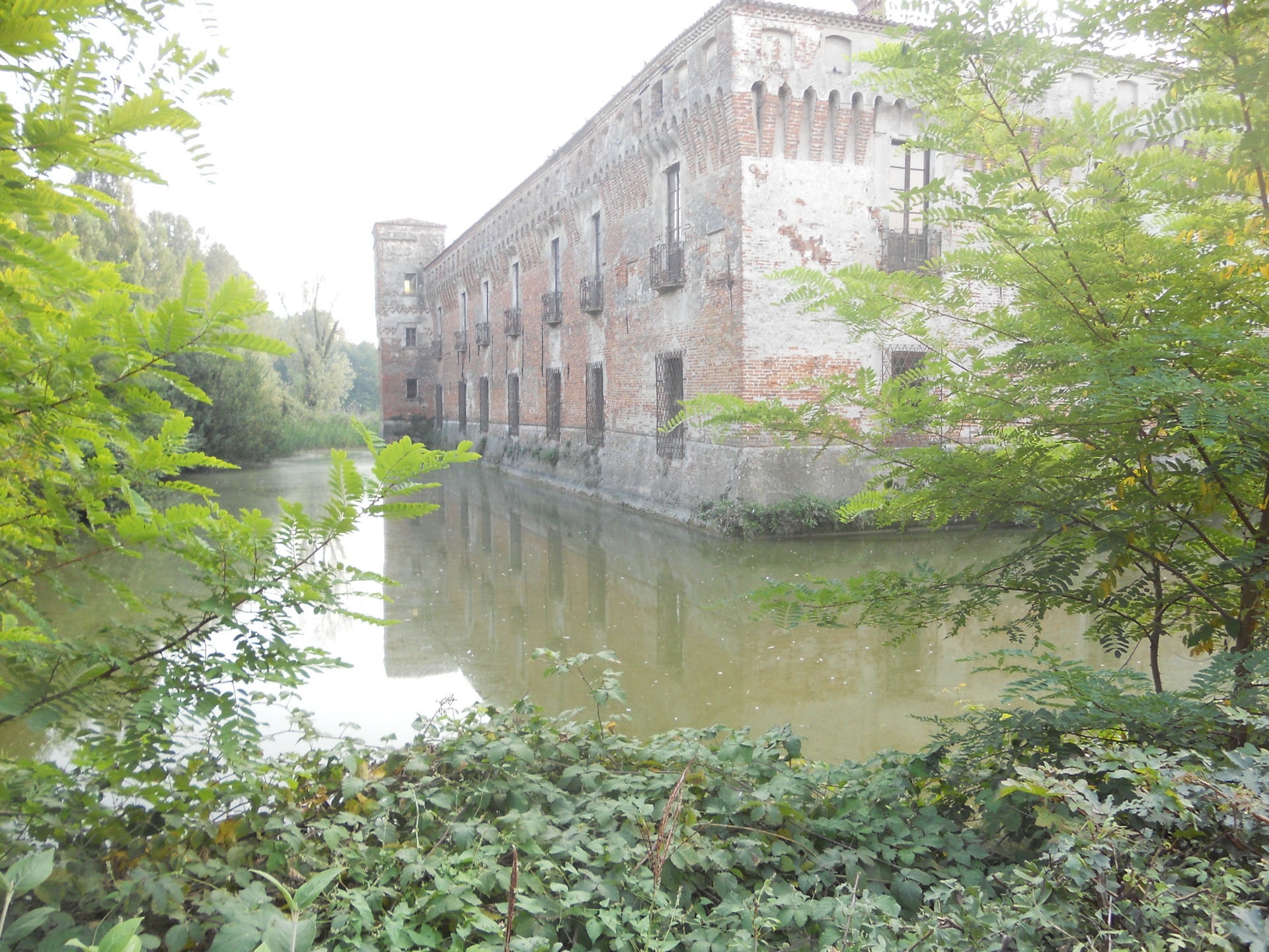 <p>castello di Padernello con fossato</p>